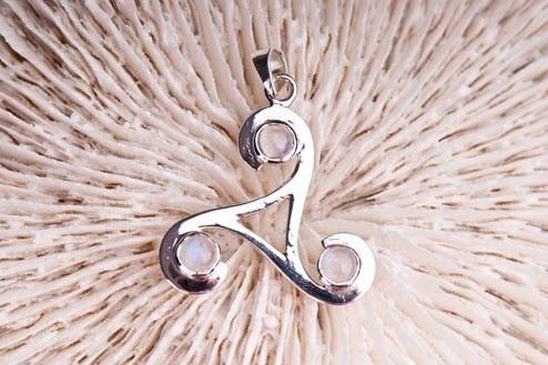 Triskell mit Regenbogenmondstein ø ca. 30 mm, 925er Sterling Silber-Copy